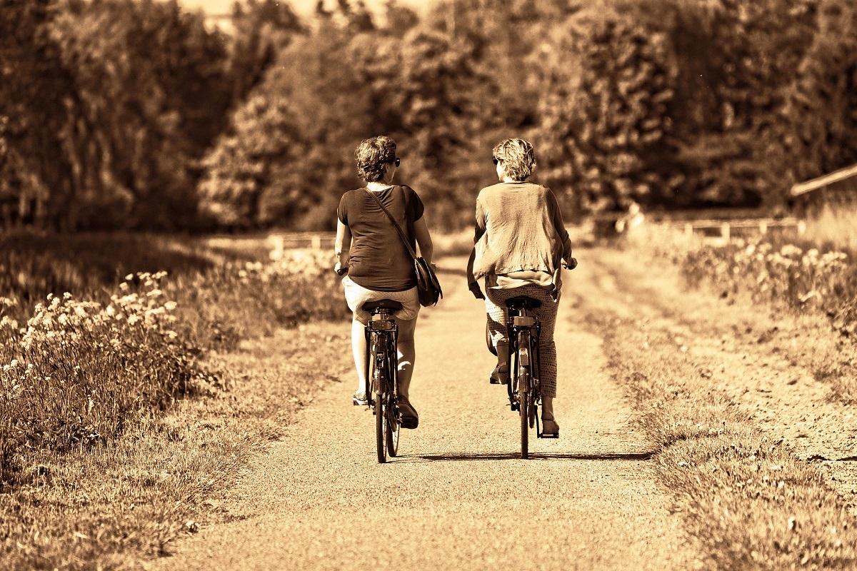 Personas andando en bicicleta por Vitoria-Gasteiz.