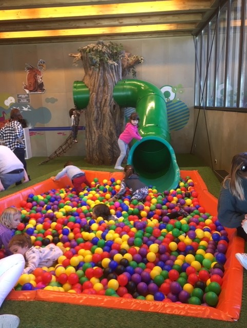 tobogan y piscina de bolas en el ataria vitoria con niños turismo vitoria